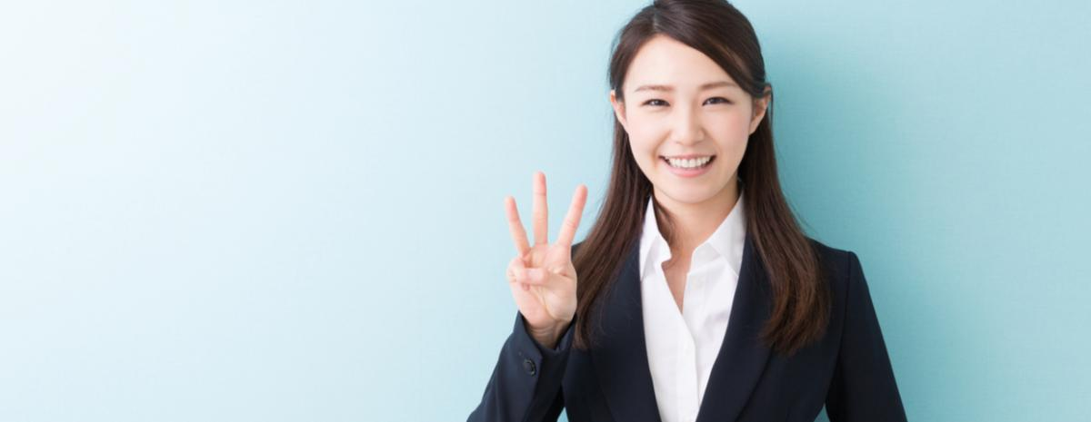 lady holding up three fingers